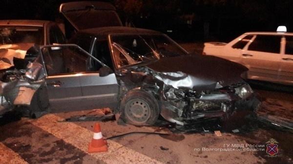 Лобовое столкновение ВАЗа и Renault Logan под Волгоградом: есть пострадавшие