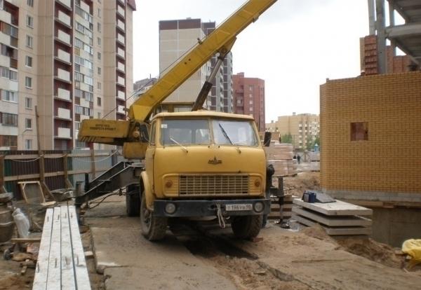 В Волгограде угнали строительный кран за 3,5 миллиона и легковушку