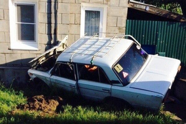На севере Волгограда 17-летний парень на «шестерке» протаранил дом