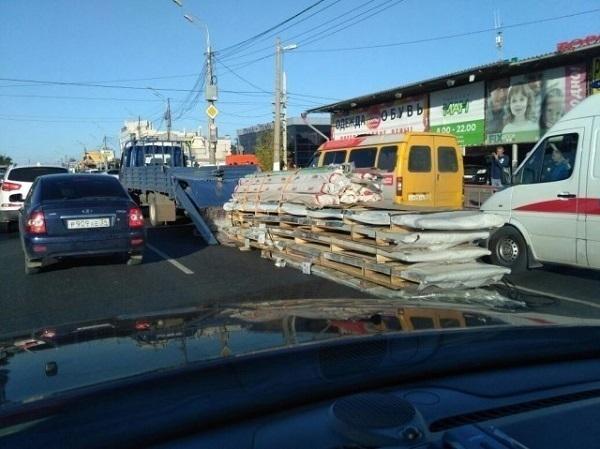 В Ворошиловском районе Волгограда грузовик «сбросил» стройматериалы на ходу