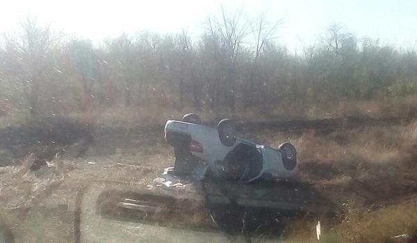 Lada Granta улетела в кювет под Волгоградом, 2 человека пострадали