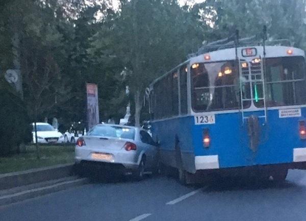 ВВолгограде троллейбус №15 врезался в«Волгу»