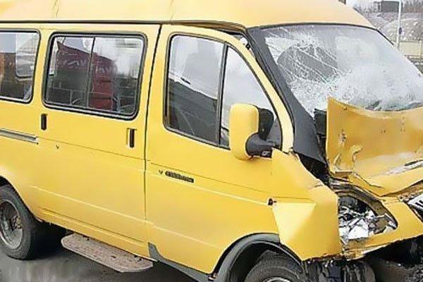 Маршрутка протаранила иномарку в Волжском: пострадал пассажир