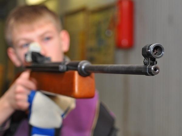 ВВолгоградской области ребенок изружья выстрелил брату влоб