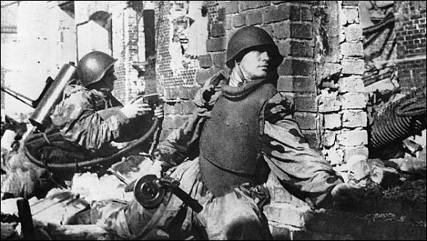 5 октября 1942 года – боец Красной Армии Николай Аверьянов под Сталинградом грудью закрывает вражеский дзот