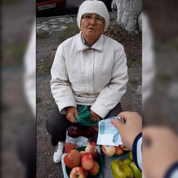 «Давайте вы возьмете эту тысячу и пойдете домой отдыхать», – волжанин скупает фрукты и овощи у пенсионерок