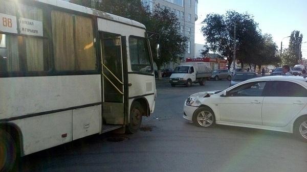 ДТП парализовало движение транспорта на3-й Продольной вВолгограде