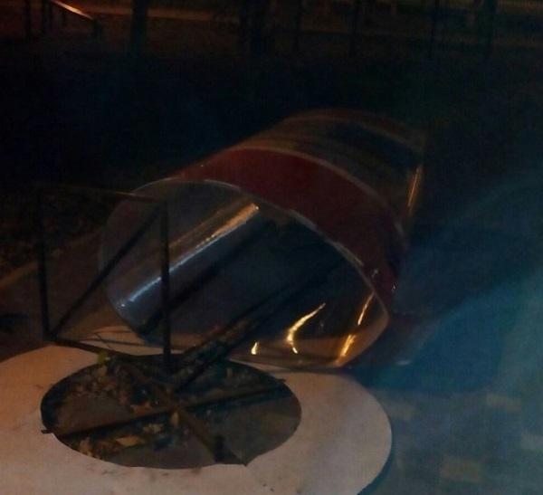 Вандалы снесли литературный стенд в парке Гагарина в Волгограде
