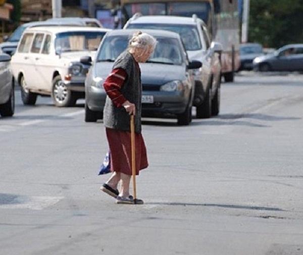 Под Волгоградом водитель сбил пенсионерку и скрылся с места ДТП