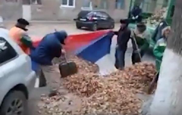 Опубликовано видео осквернения российского флага дворниками из Волгограда