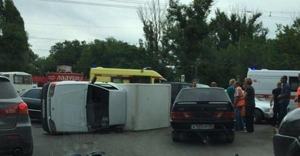 В Волгограде на проспекте Жукова перевернулся грузовой автомобиль