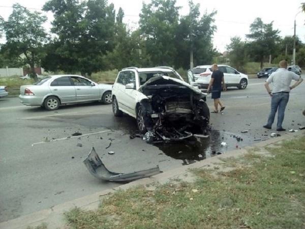 Страшная авария в Волгограде: Mercedes и ВАЗ-2112 столкнулись «лоб в лоб»