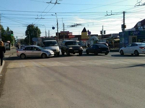 Микрорайон 7 Ветров Волгограда встал в огромную в пробку из-за ДТП