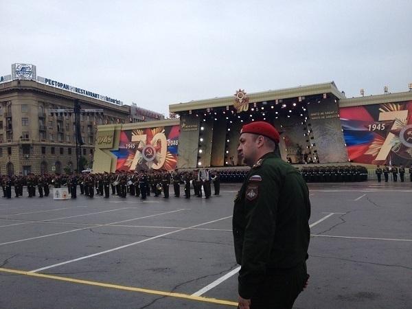 Ливень в Волгограде не помешал тысячам зрителей прийти на Парад Победы