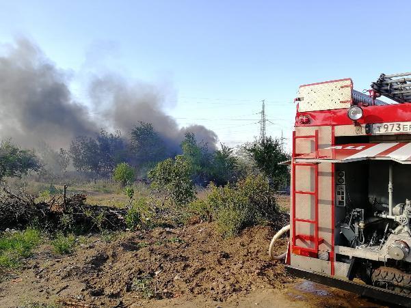 Ещё один крупный пожар в Волжском: огонь угрожает заправочной станции