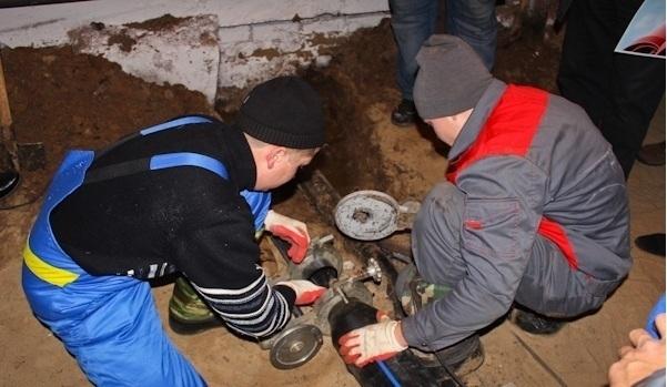 Коммунальщики устраняют крупную аварию, оставившую без воды два района Волгограда