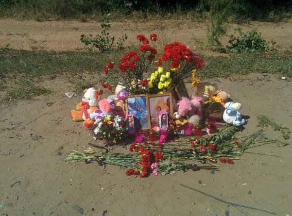 На место гибели семьи Перчиевых в ДТП под Волгоградом приносят цветы и детские игрушки