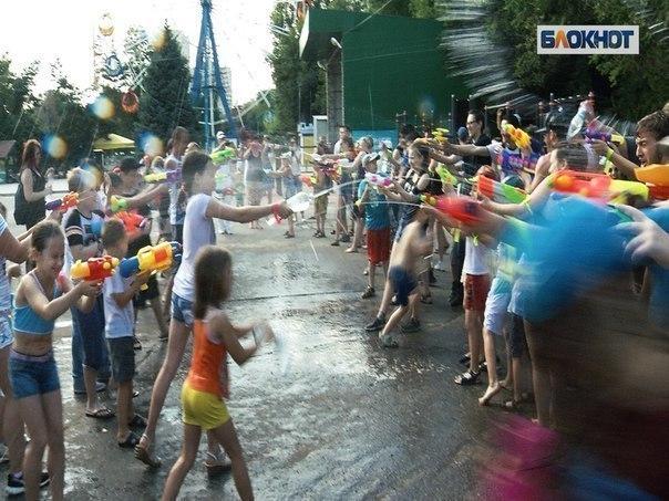В Волгограде дети против взрослых вышли на водяную битву в центре города