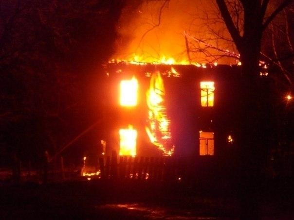 На севере Волгограда вспыхнул пожар в 2-этажном доме: 1 пострадал, 8 эвакуированы