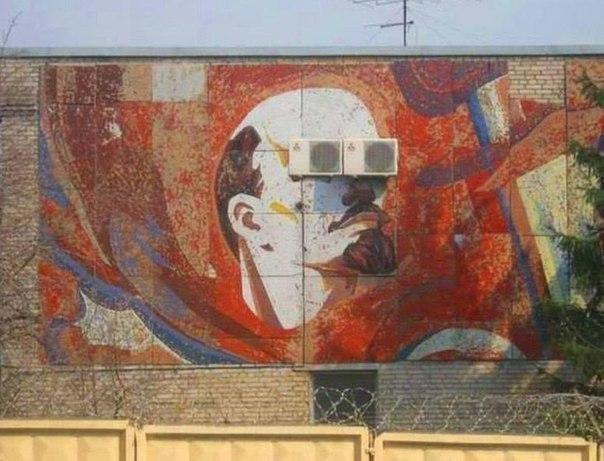 Волгоградцы «залепили» Ленину глаза старыми кондиционерами