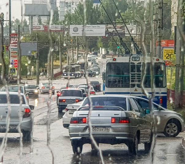 На западе Волгограда под воду ушел бульвар 30-летия победы