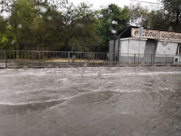 Волгоградцы сообщают о затоплении проспекта Жукова на западе города