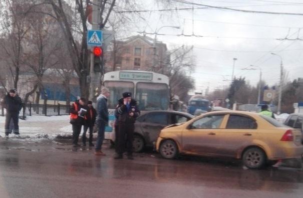 ВВолгограде случилось ДТП сучастием 3-х «легковушек» итроллейбуса
