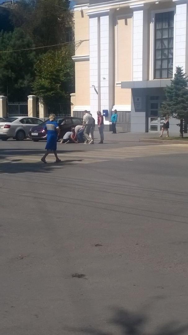 Возле гордумы Волгограда мужчина на коленях требовал наказать майора полиции