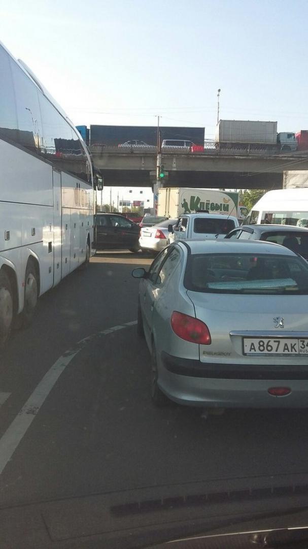 В Волгограде автомобилисты стоят в крупной пробке на Землячке