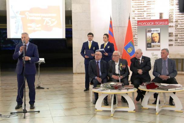 Вице-губернатор Александр Блошкин принимает поздравления и подарки