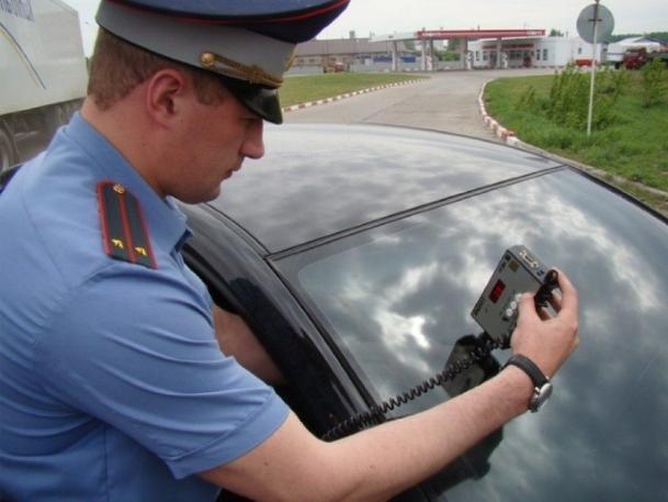 За тонировку автомобилей в Волжском арестовали одну девушку и пять мужчин