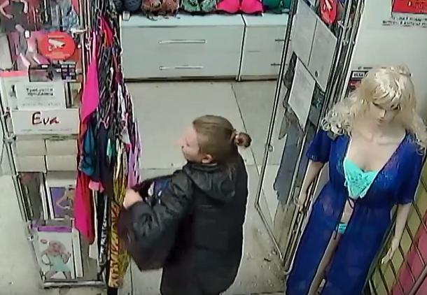 На видео попала коварная кража нижнего белья на юге Волгограда