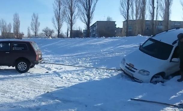 ВКамышине «Нива» провалилась под лед наВолге
