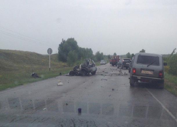 Лобовое ДТП с«Окой» и фургоном под Волгоградом: двое погибли наместе