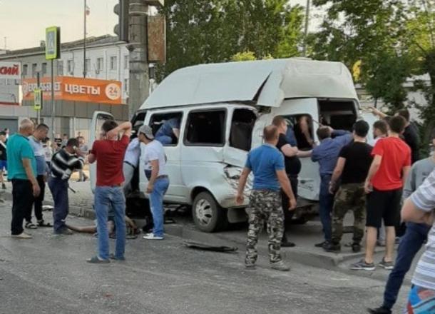 КамАЗ с отказавшими тормозами протаранил маршрутку 15С в Волгограде: 13 пассажиров пострадали