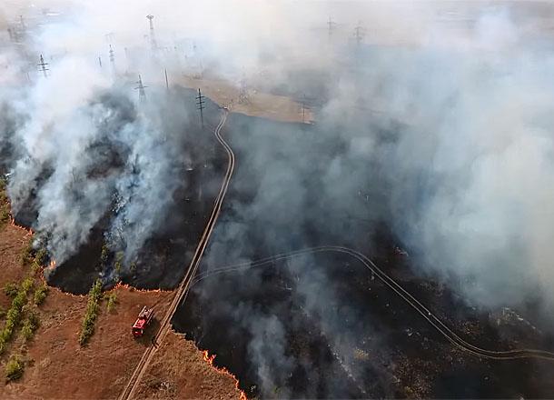 Бушевавший на западе Волгограда пожар сняли с высоты птичьего полета