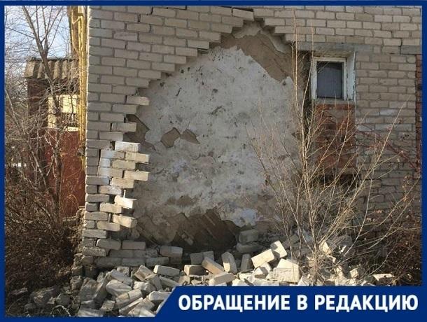 В жилом доме Волгограда обрушилась стена: 11 детей и их родители в опасности