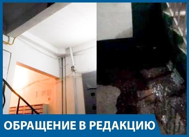 Третий год жители многоэтажки Волгограда живут с «бассейном» в подъезде