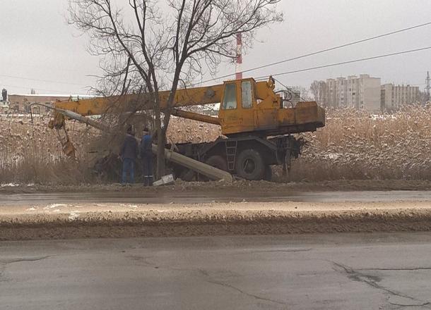 Автокран съехал с дороги и повалил бетонный столб на юге Волгограда