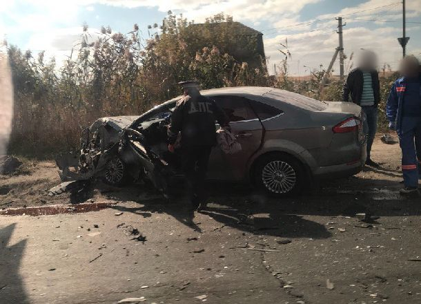 Ставший грудой металла после столкновения с  ВАЗом Ford Mondeo попал на видео в Волгограде