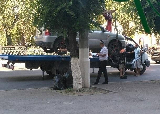 Эвакуатор забирает автомобили с выделенной полосы в центре Волгограда