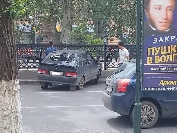 ВАЗ влетел в чугунную ограду на Аллее Героев в центре Волгограда