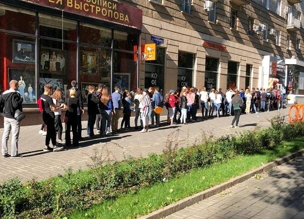 Сотни волгоградцев стройной колонной выстроились в центре города