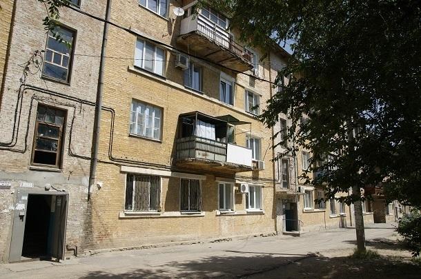 Волгоградец сбежал от судебных приставов через окно четвертого этажа
