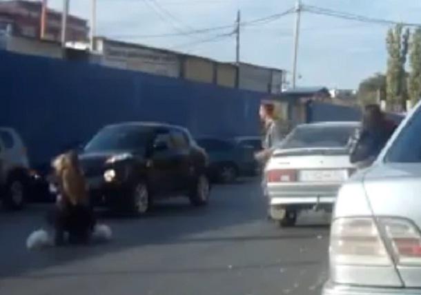 ВВолгограде рядом сТракторным рынком легковушка сбила небольшую девочку на«зебре»