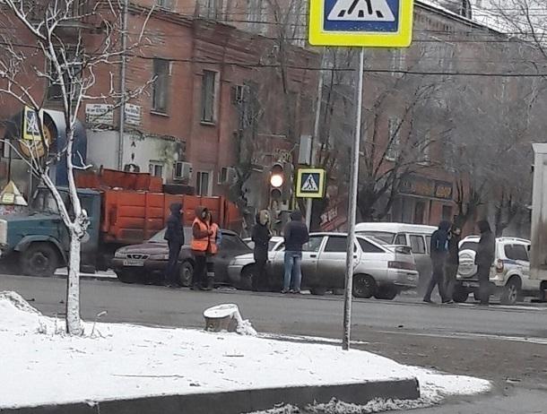ДТП легковых машин наюге Волгограда парализовало движение трамваев