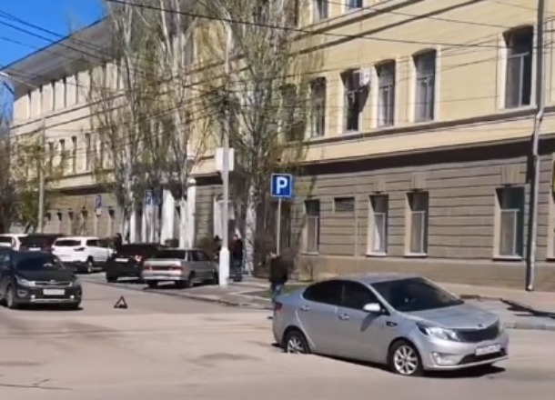 Провалившийся в дорожный люк автомобиль снял на видео волгоградский блогер