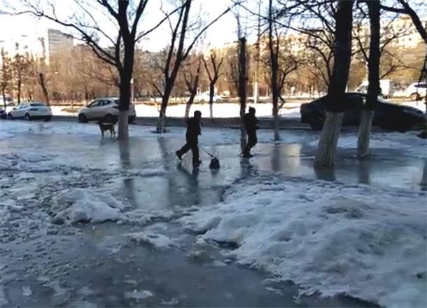 Суровые дети Спартановки устроили хоккей на льду из лени волгоградских коммунальщиков