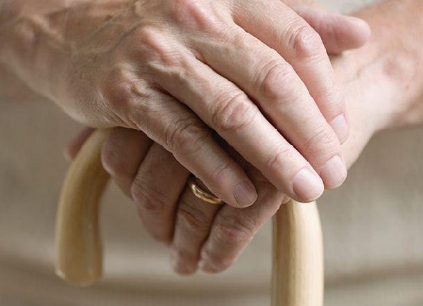 Пожилая волгоградка пошла на мужской голос и разбилась насмерть при падении из окна