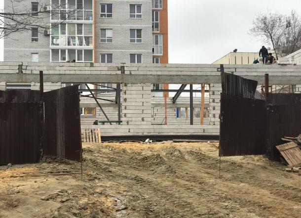 Жители Краснооктябрьского района Волгограда обеспокоены сомнительной постройкой во дворе
